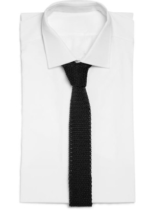 A black silk knitted tie from Charvet with a white dress shirt, similar to Bond's preferred combination.