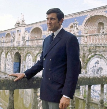 Lazenby on location in Portugal wearing the Lazenblazer.