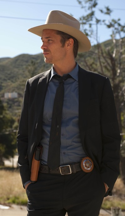 If plaid shirts aren't your cup of tea, Raylan also sports some solid blues with his black suit and tie.