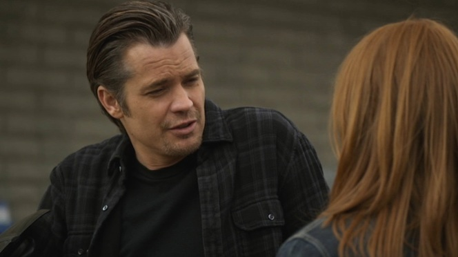 Raylan chats up the least repulsive of the Crowe clan.