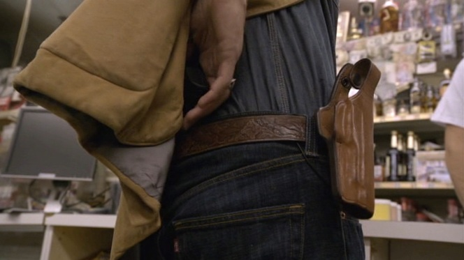 """Raylan is even forced to surrender his backup weapon at the hands of the fugitive criminals in """"Riverbook"""" (episode 1.02), giving viewers a good look at his belt and holster as well as the distinctive red tag of his Levi's jeans."""