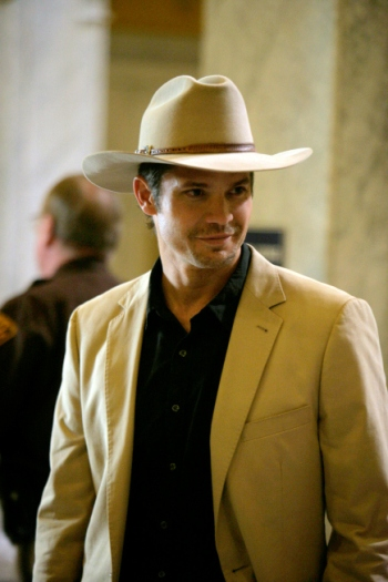 "Timothy Olyphant as U.S. Marshal Raylan Givens in the pilot episode (""Fire in the Hole"") of Justified."