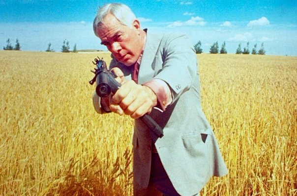 Publicity photo of Lee Marvin aiming a Smith & Wesson M76 submachine gun in Prime Cut.