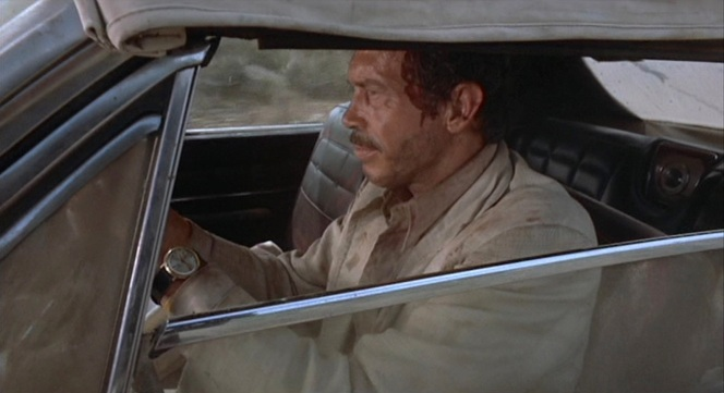 Alfredo Garcia's head safely bagged up, Bennie prepares to complete his grisly mission.