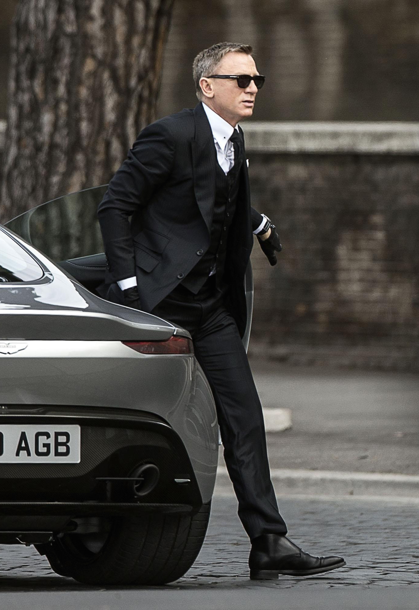 Spectre Bond S Black Suit And Aston Martin In Rome Bamf Style