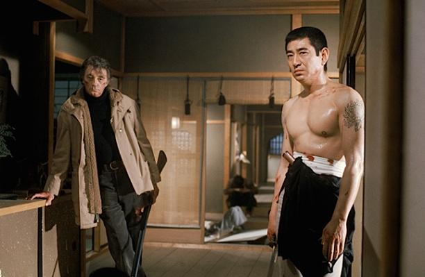Production photo of Robert Mitchum and Ken Takakura.