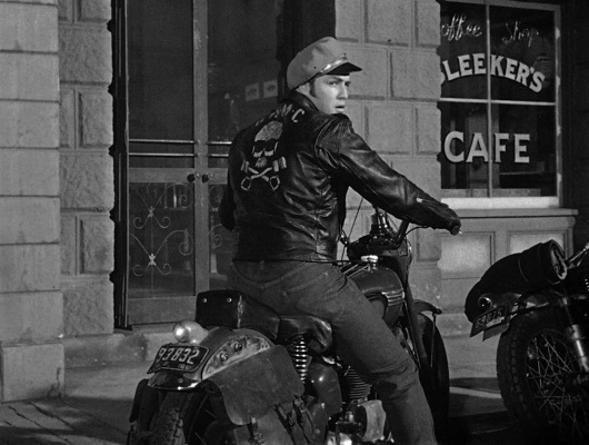 Johnny parks his Triumph 6T Thunderbird in front of Bleeker's Cafe. Note the registration plate that clearly reads 93832 (rather than 63632).